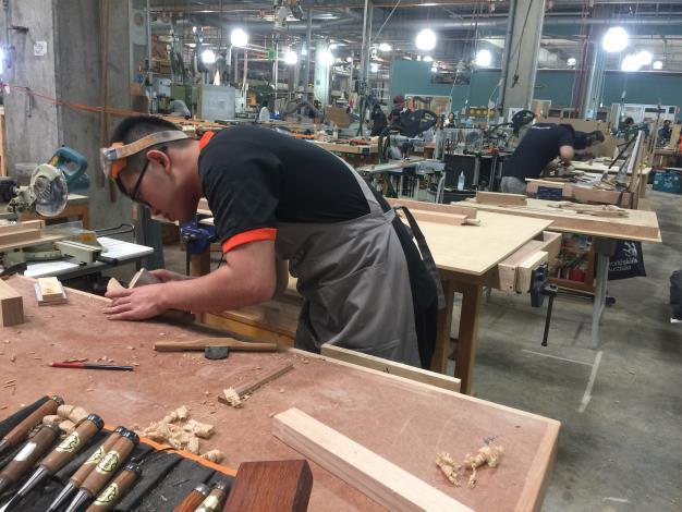 1080809勞動部勞動力發展署新聞稿(附照1)_門窗木工國手林建新受邀參加澳洲邀請賽與他國選手切磋技術。