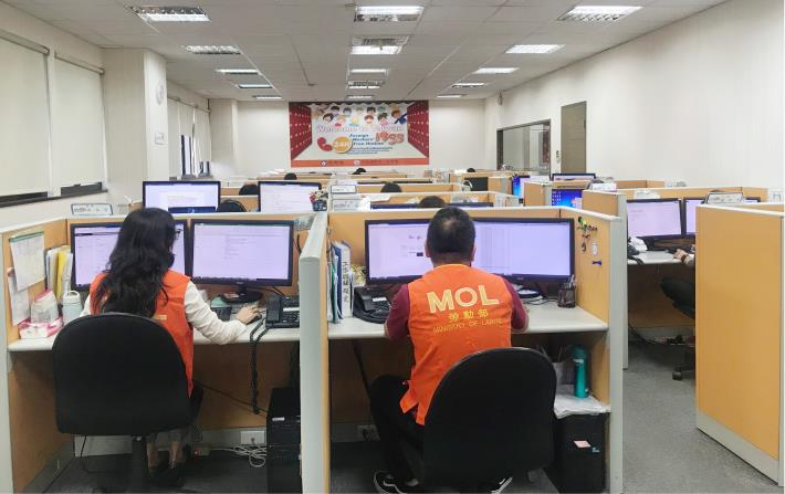 1081007勞動部勞動力發展署新聞稿( 附照2)_1955勞工諮詢專線工作人員值機實況。