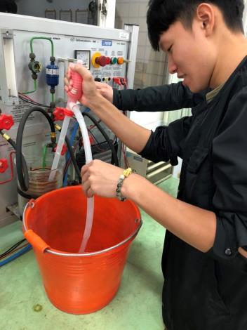 1090518勞動部勞動力發展署新聞稿(附照2)_陳柏瑞同學於分署接受專業技術養成訓練。