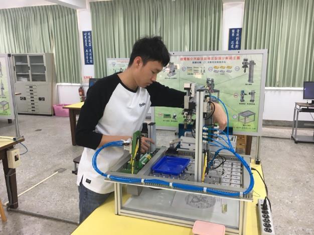 1090518勞動部勞動力發展署新聞稿(附照1)_陳柏瑞同學於分署接受專業技術養成訓練。