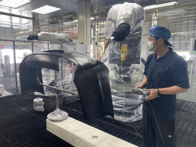 1090527勞動部勞動力發展署新聞稿(附照2)_石峻鴻同學於東陽實業廠(股)公司接受機械手臂自動化控制專業技術訓練。