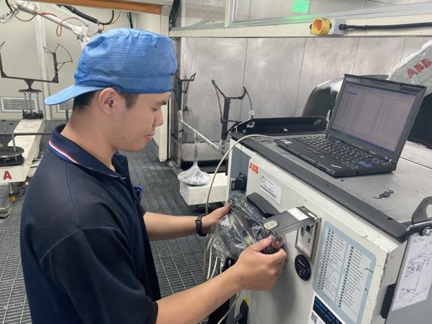 1090527勞動部勞動力發展署新聞稿(附照1)_石峻鴻同學於東陽實業廠(股)公司接受自動化塗裝設備操作程式編輯訓練。