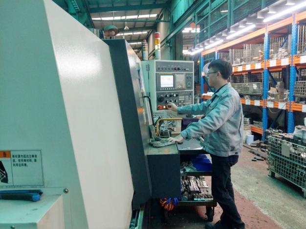 1090728勞動部勞動力發展署新聞稿(附照2)_亭豪接受分署專業技術養成訓練-操作CNC車床。
