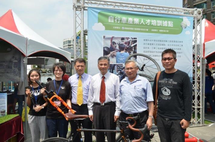 1070212勞動部勞動力發展署新聞稿(附照)_張姓學員(右1)參加「自行車生產技術班」學會輪組設計開發,於培訓後發想出新型的車架及輪組結構,目前擁有4項發明跟新型專利。