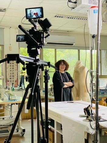 附圖1_服裝創作職類林裁判長玫英協助拍攝數位訓練教材