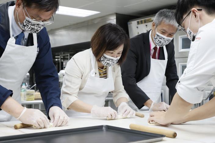 部長與麵包職類國手謝呈杰一起動手體驗做麵包.JPG