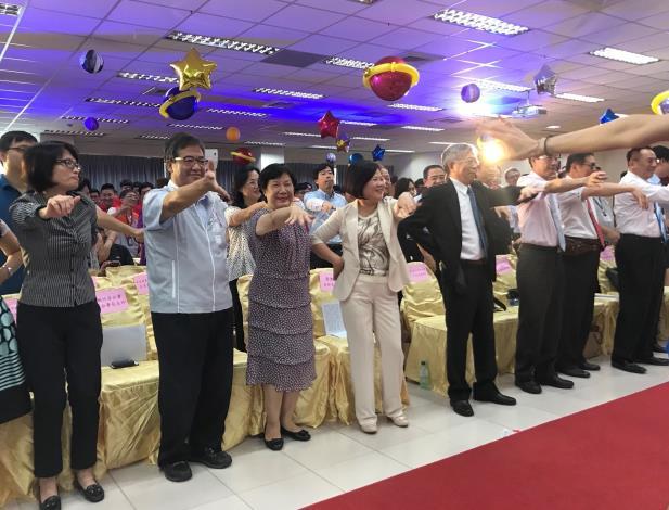 1070706勞動部勞動力發展署新聞稿(附照3)_勞動部長許銘春(左4)與現場貴賓及學員隨著表演團體的帶動,一起跳時下最夯的「海草舞」同樂。