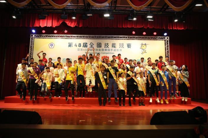 1070810勞動部勞動力發展署新聞稿(附照2)_第48屆全國技能競賽47職類52位青年金牌得主在舞台上雀躍。.JPG