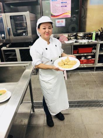 1071129勞動部勞動力發展署新聞稿(附照3)_新住民陳小姐參加勞動部勞動力發展署職訓課程「創意異國料理美食料理製作班」,參訓期間學習不同創意特色美食料理。