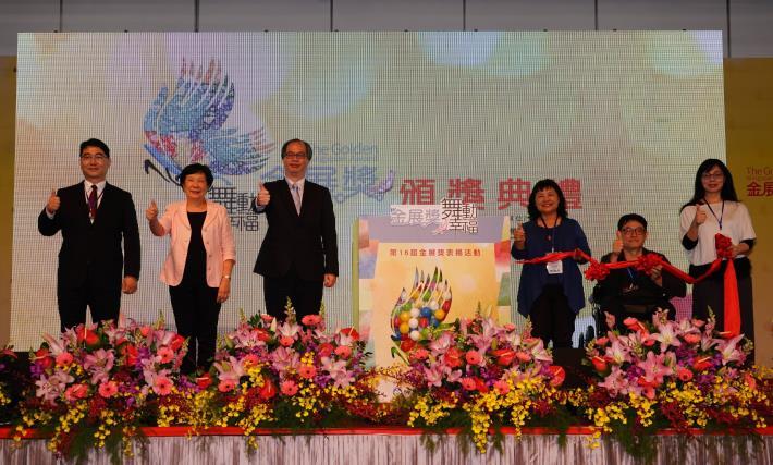 1071204勞動部勞動力發展署新聞稿(附照1)_勞動部主任秘書陳明仁(左3)、立法委員陳曼麗(右3)及企業代表等共同啟動金展獎開幕儀式。
