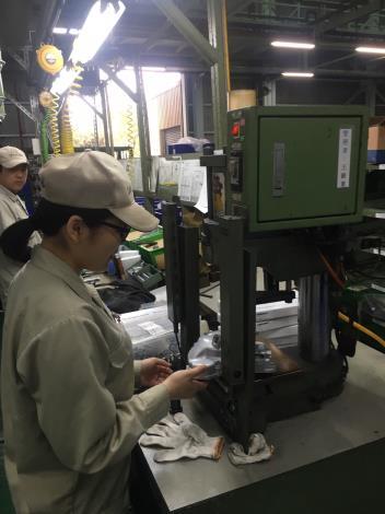 1080423勞動部勞動力發展署新聞稿(附照)_產學訓專班大四生佳玲同學於三陽工業公司工作實務訓練。