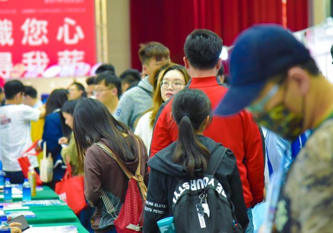 1080502勞動部勞動力發展署新聞稿(附照5)_青年朋友積極參加校園徵才活動,畢業後順利銜接進入職場。