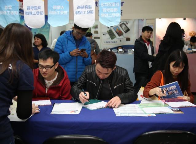 1080502勞動部勞動力發展署新聞稿(附照1)_青年朋友積極參加校園徵才活動,畢業後順利銜接進入職場。