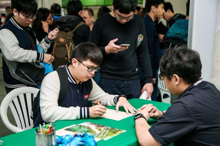 1080502勞動部勞動力發展署新聞稿(附照4)_青年朋友積極參加校園徵才活動,畢業後順利銜接進入職場。