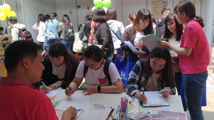 1080502勞動部勞動力發展署新聞稿(附照2)_青年朋友積極參加校園徵才活動,畢業後順利銜接進入職場。