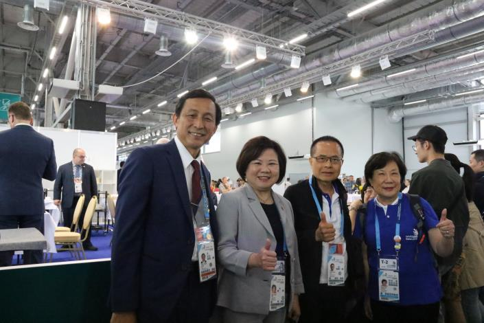 Mr. Wen-Tsung Chen, front left, and Labor Minister Hsu posed for a picture during WSC 2019 in Kazan