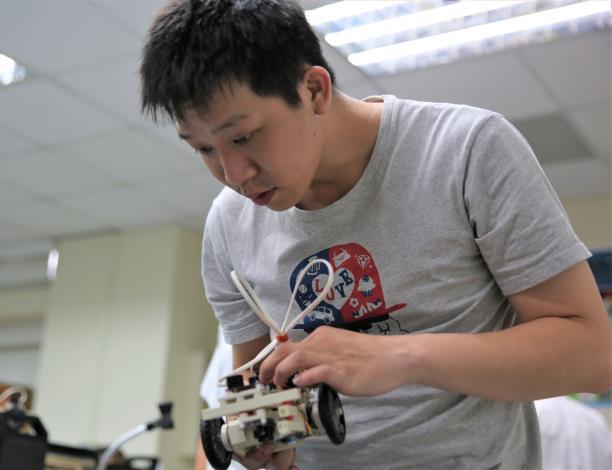 創客正研究組裝Arduino自走車