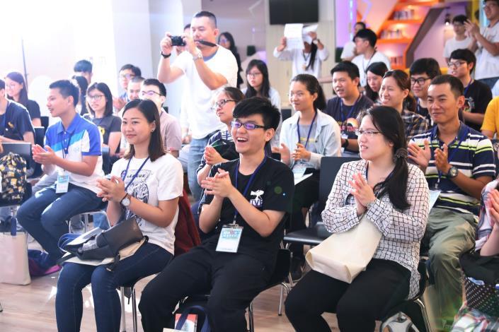 35位年輕學員看到充滿活力的開場表演反應熱烈
