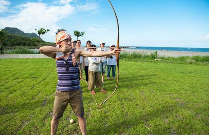 花蓮豐濱靜浦社區發展協會推出限定遊程,體驗原民射箭、捕魚