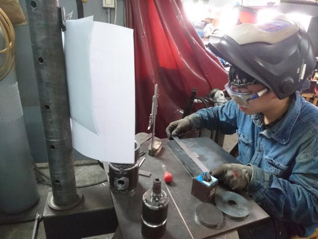 江祐安正在進行模組二壓力容器銲接訓練