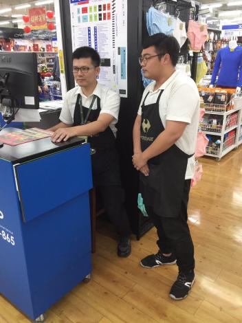 職場導師(左)指導學員(右)操作賣場存貨系統