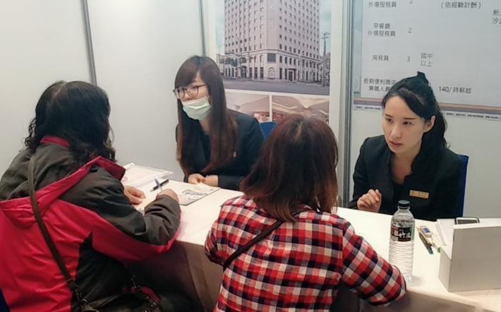 參加現場徵才活動可以和廠商直接面試,節省求職時間