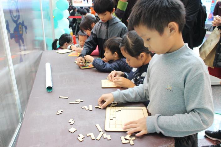汪宏璋的「4rdp益智拼圖」吸引大小朋友興趣.JPG