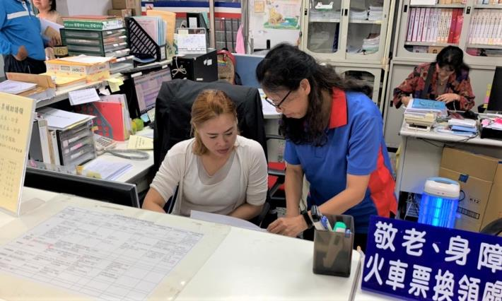 光復鄉公所人員指導麗珍(左)工作情形