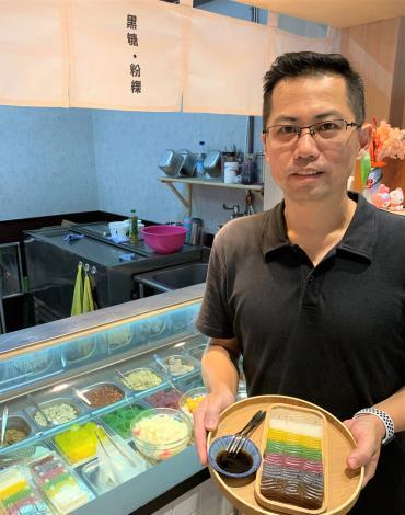 張承康在微型創業顧問輔導下重新建立「覓糖」冰品,研發出七彩粉粿