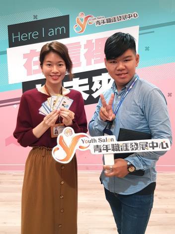 黃先生(右)特地回YS分享自己順利轉職的捷報,開心的與諮詢師留下難忘的合影