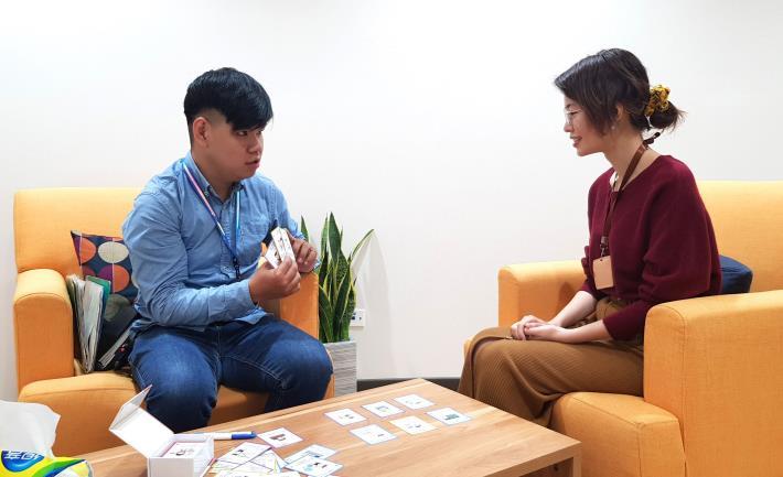黃先生(左)與諮詢師回顧當時透過卡牌在做自我職涯盤點的情境