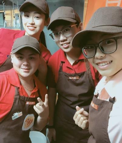 怡欣店長(右1)帶領三商巧福春日店團隊拼服務、衝業績