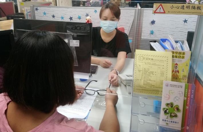 1091112就業中心運用「服裝儀容整備服務計畫」為小雯配置一副全新的眼鏡,讓小雯更有自信