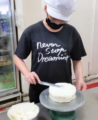 小玲專注練習蛋糕抹奶油