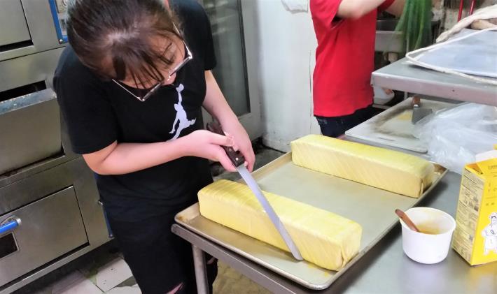 小菱專注的製作蛋糕