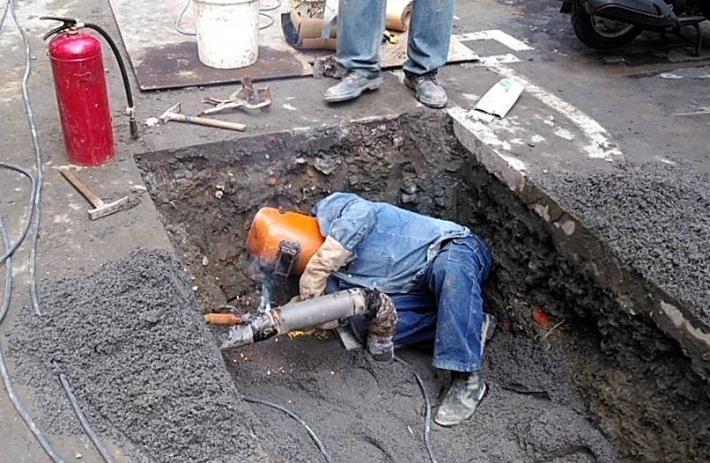 陳貞勳正進行道路地下瓦斯管線切管銲接