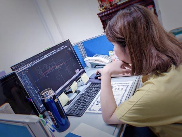 蘊涵參加花蓮職業訓練場職訓課程後取得證照,目前受僱於建築業擔任繪圖員