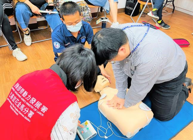 就服員學CPR AED急救訓練.JPG