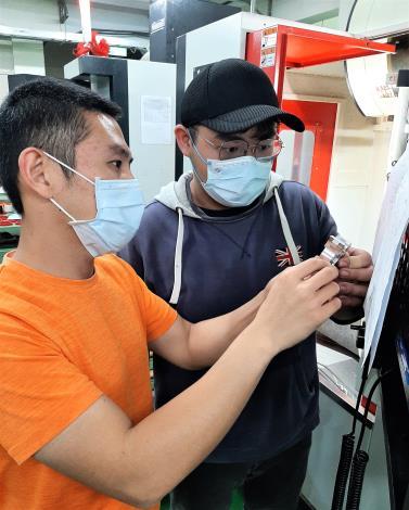 張燿麒訓練師指導張上傑(右)檢討CNC銑床成品尺寸