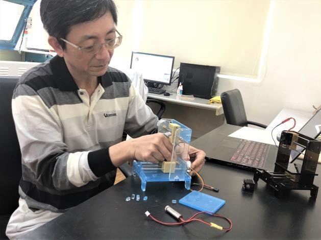 蔡榮芳研發小型雷射雕刻機