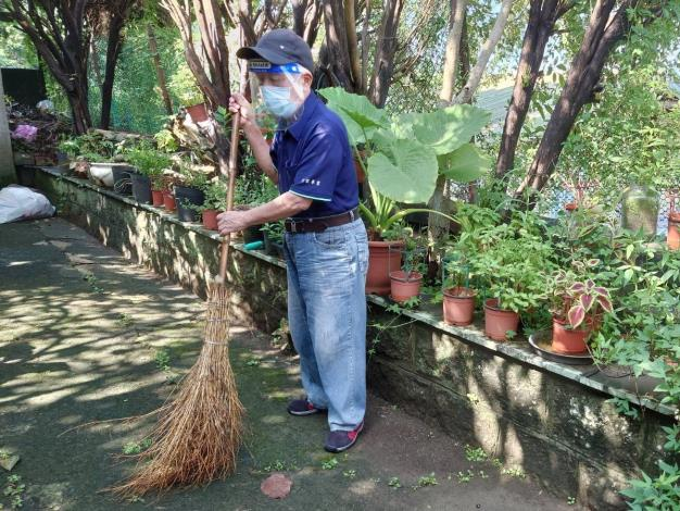 圖:阿輝伯認真清掃工作區域
