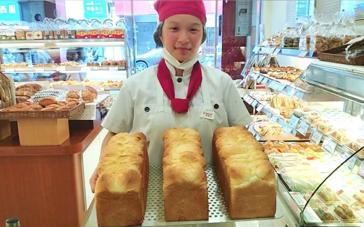 珺文自信滿滿的端出她親手做的麵包