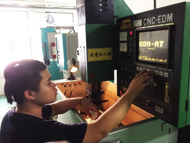 俊賢正在設定操作放電加工機控制