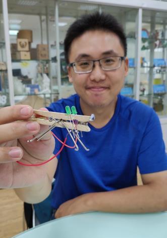 創客鍾政信創作「昆蟲仿生獸機器人」