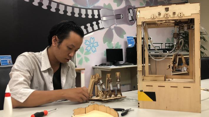 林顯庭研究夾娃娃機的液壓動力結構.JPG