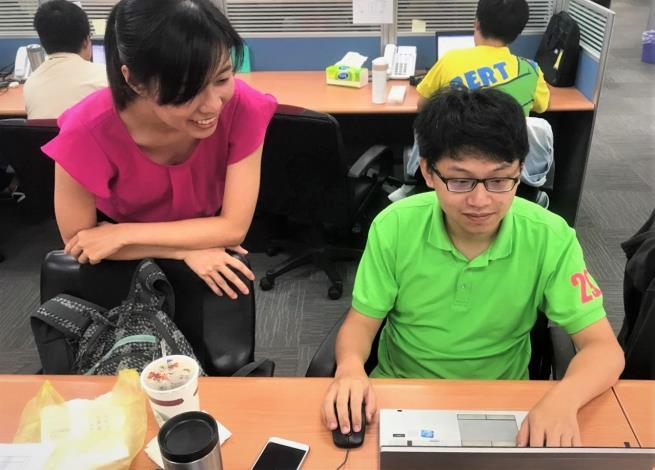 職場導師指導奕廷(左)進行資料處理