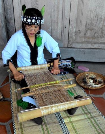 花蓮縣噶瑪蘭協會的社區耆老正以香蕉絲編織傳承技藝1