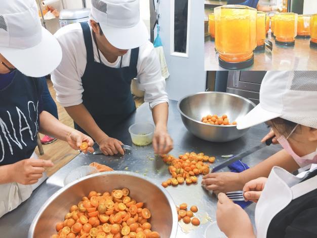環宇國際文教基金會的二度就業媽媽們純手工熬煮純天然果醬