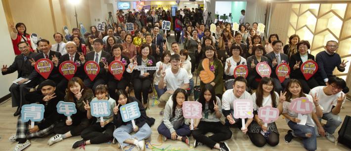 1071211青年職涯發展中心(YS)啟用典禮後,勞動部部長許銘春(第二排左6)與出席貴賓及青年朋友大合照。