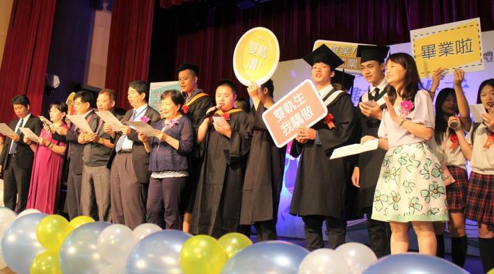 勞動力發展署黃秋桂署長(左六)、北分署林仁昭分署長(佐五)和畢業生一起祝福合唱五月天的乾杯!